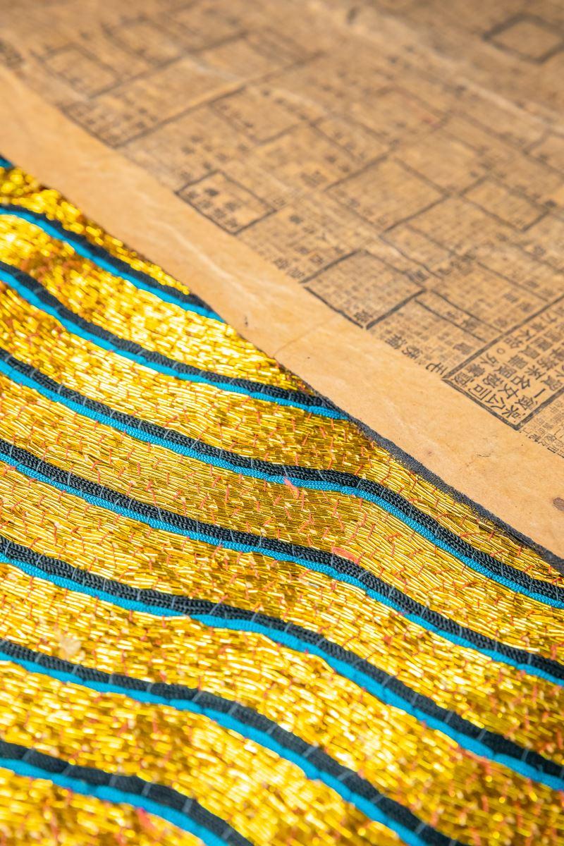 繡好的戲衣使用報紙或棉紙漿過後,穿起來會更挺。