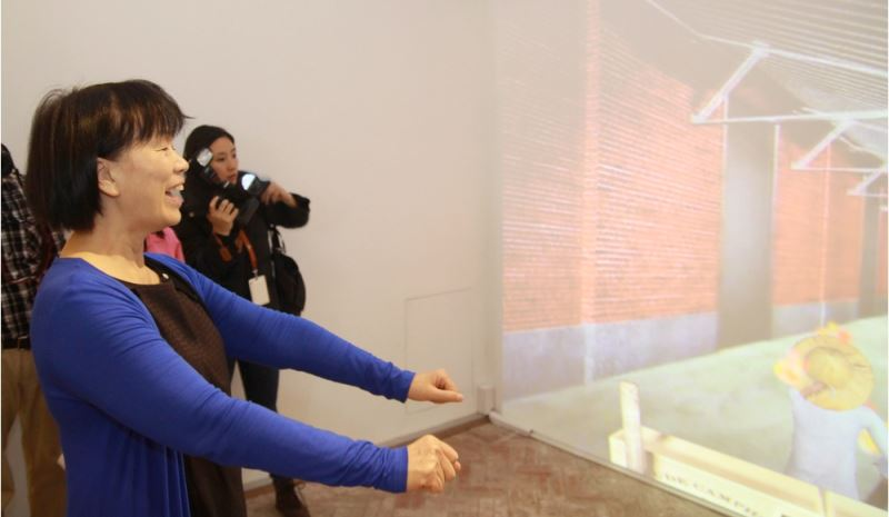 The Culture Minister tries her hand at controlling the interactive sensors and taking a virtual tour around the factory.