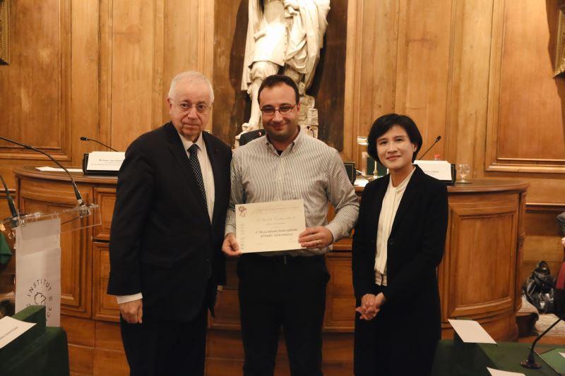 左起為法蘭西學院人文政治科學院終身秘書皮特(Jean-Robert Pitte)、「臺法文化獎」獲獎者代表法語臺灣研究學會(AFET)吳傑弘理事長(Jérôme Soldani)、文化部鄭麗君部長。