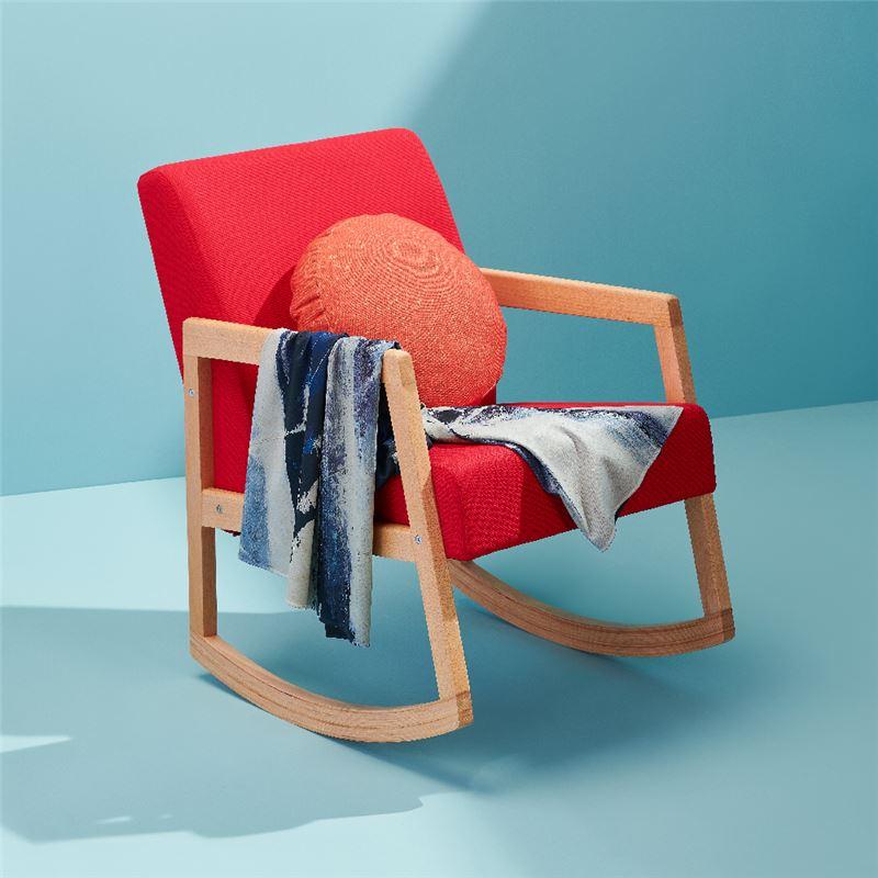 滿月搖搖躺椅組 $8,000 將原畫作元素展開,將意象落實成立體物件,搖椅、抱枕、披毯。棉麻材質的椅墊與抱枕,與身體做最樸質柔軟的接觸,讓人彷彿被暖月包圍的寧靜片刻。