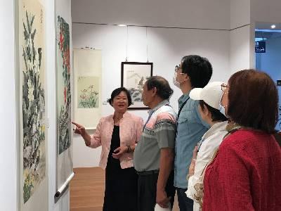 參展藝術家黃瑞珠為民眾現場導覽。