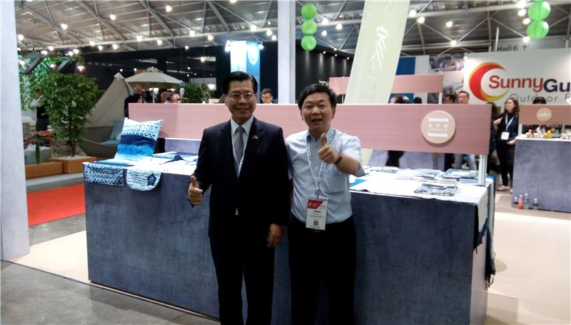 駐新加坡代表處梁國新代表(左)與太平藍葉晉玉先生