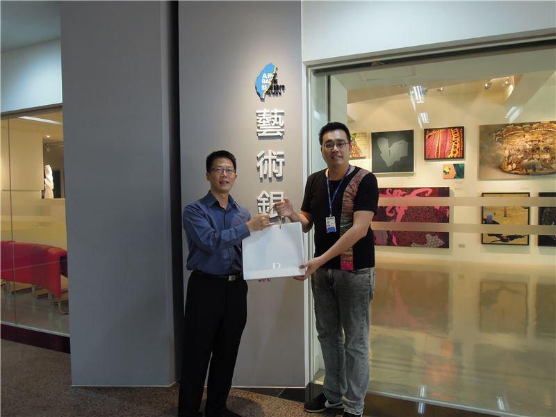 高館長與藝術銀行計畫主持人張博士互贈紀念品