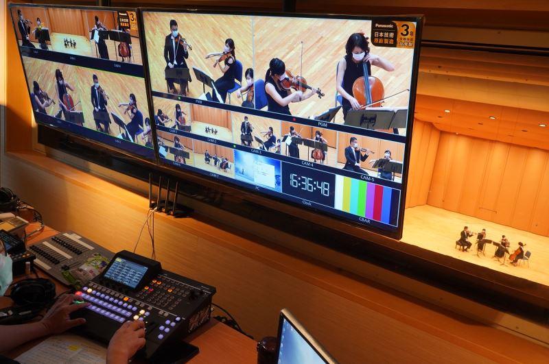 「NTSO數位音樂廳」攝影機畫面透過兩台大螢幕監視器切割監看,並可由導播機選取畫面至影像錄放機作為直播視頻