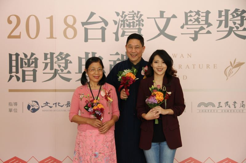 From left to right: Hsieh Chin-hsiu, Best Hakka Prose award recipient; Feng Yi-kang, Best Script award recipient; and Yu Yi-te, Best Aboriginal Prose award recipient.