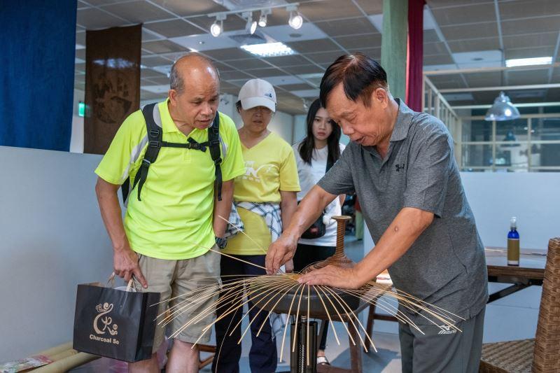 竹編工藝師黃啟祥於「傳藝工坊」現場進行動態解說,帶領瞭解傳統工藝製作過程。