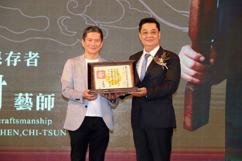 文化部長李永得授證「傳統木雕」保存者陳啟村