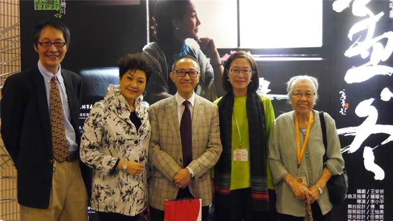 香港演藝學院戲曲學院院長毛俊輝先生(中)及夫人胡美儀女士(左2),10月31日演出前於前台展示板拍照留念。