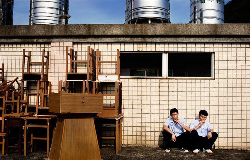 電影以少年為主,強調「哥兒們」的男性情誼,女性在片中扮演了無意之中造成男性團體產生嫌隙裂痕的負面角色,一如小野洋子之於披頭四。此外,敘事平行於九○年代台灣職棒風潮之起落。職棒運動之變質與沉淪,除了隱喻成長過程的黑暗面與失落,也反映了電影上映時刻,台灣社會於首次政黨輪替之後,理想破滅的集體低迷與失望。