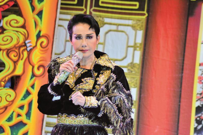 郭春美於野台演出的《飛賊黑鷹》扮相,十足帥氣展現出濃厚的胡撇仔風格。