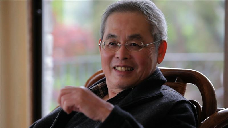 The film tracks YANG Mu from his humble beginnings as a hesitant student at National Hualien Senior High School in eastern Taiwan, to his experiences of learning and debating by Dadu Mountain in Taichung and studying Old English in Iowa, before moving to Seattle's Gold Coast as he continues to experiment with absorbing Western, Chinese and Taiwanese cultural resources and knowledge into his literary works.