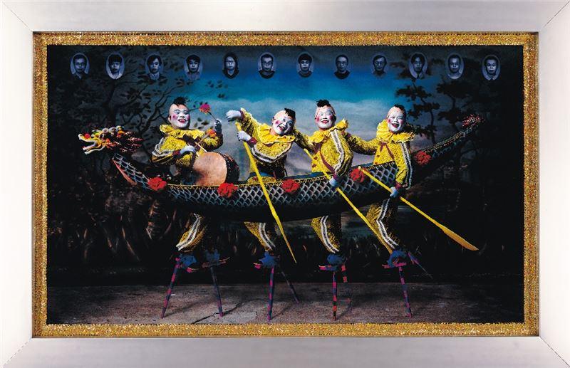 吳天章〈同舟共濟〉2002 雷射輸出於相紙、亮片布邊、不鏽鋼框 135×224 cm