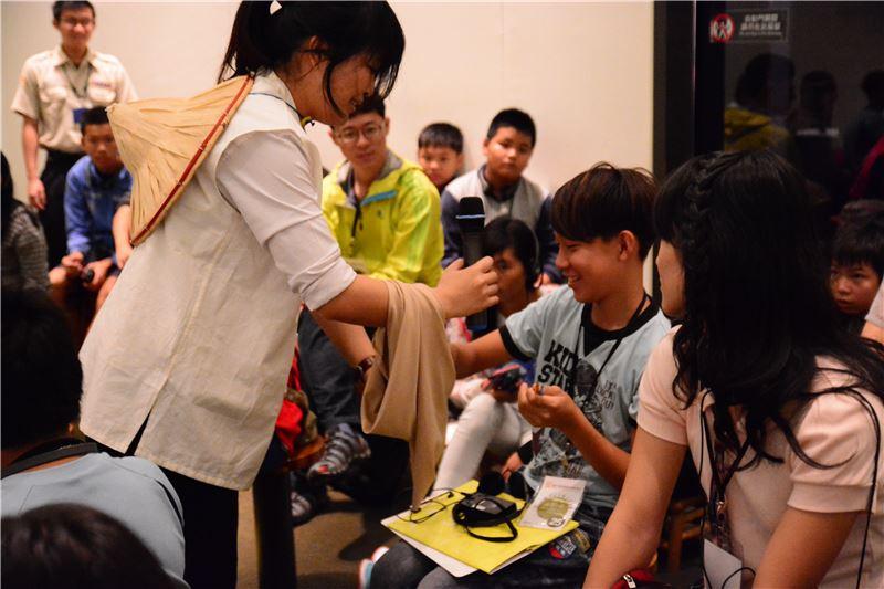 迷你劇場是由博物館教育推廣人員運用教學活動道具,透過角色扮演、情境體驗、實物觸摸、趣味問答等互動方式,帶領參加者學歷史。