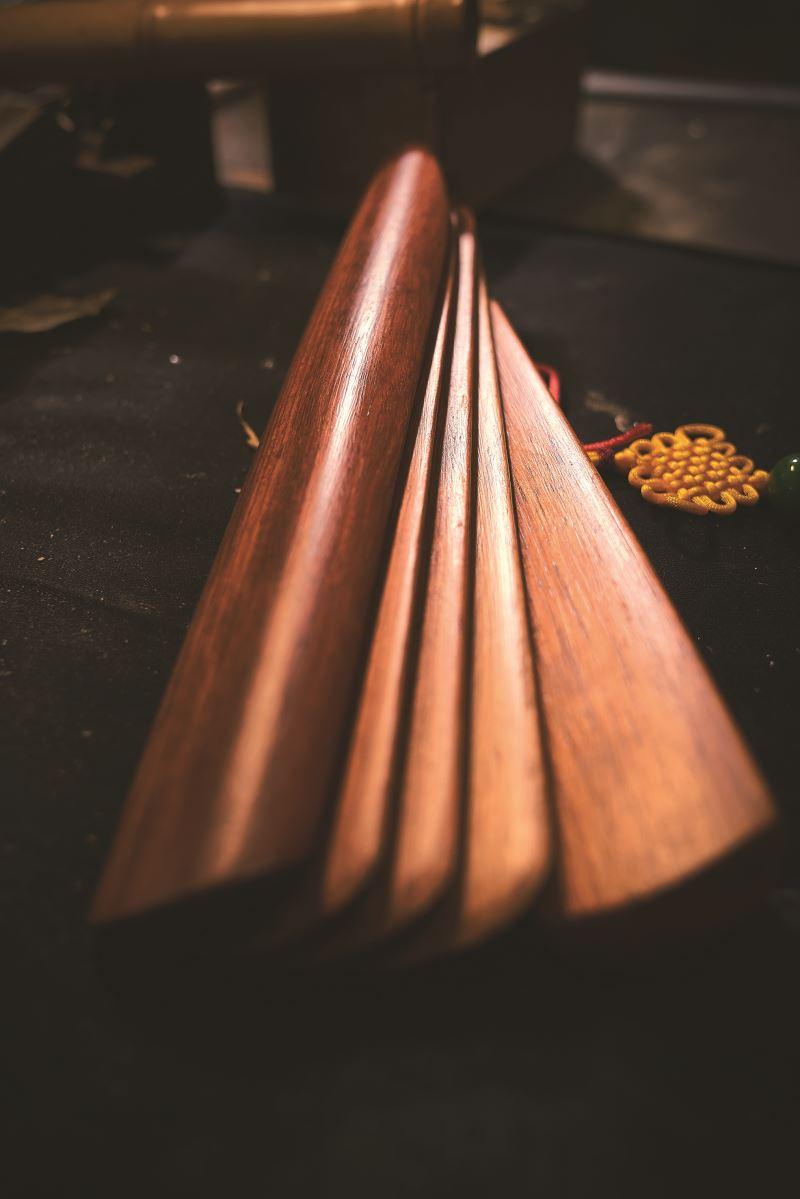 拍板的好壞,全憑匠人多年辨識材料的功夫,得熟知各種不同材質的使用。