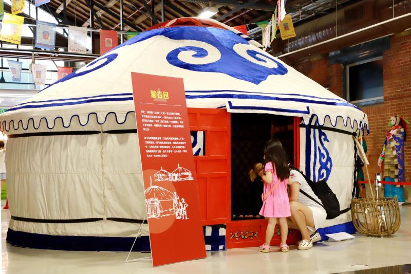 展場實景搭設蒙古包及藏式帳篷,完整呈現蒙藏地區牧民的生活情境