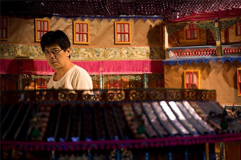 影片對資本主義有犀利的社會批判,也有衍生自台灣庶民文化的黑色喜劇。尤其,奇觀式的紙紮屋宇,鉅細靡遺地仿造了豪宅,嘲諷了上層階級之餘,也展現了台灣庶民傳統工藝之精湛。