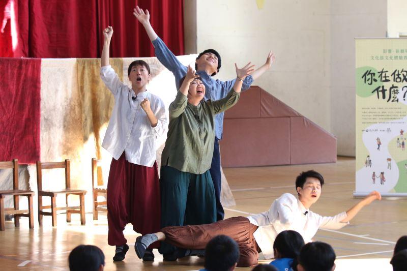 透過「一人一故事」的劇場環節,劇團在學童分享故事後,以表演的形式呈現