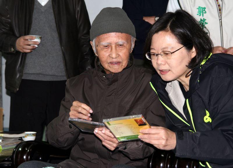 From left: Kuo Chih-yuan, President Tsai Ing-wen