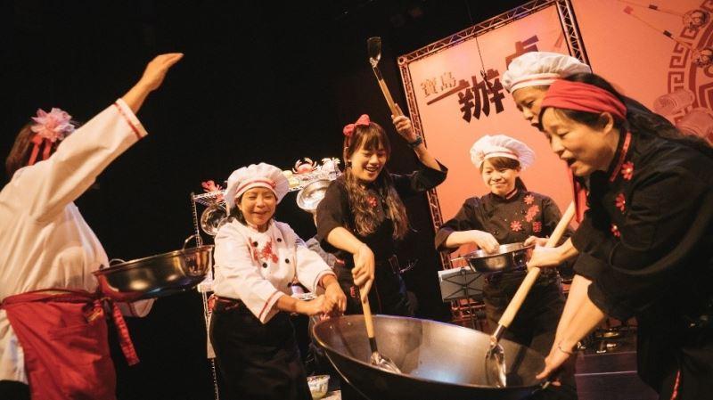 臺灣國樂團的演奏家們用節奏與觀眾互動,營造鍋碗瓢盆齊飛、熱火朝天的料理場景。3