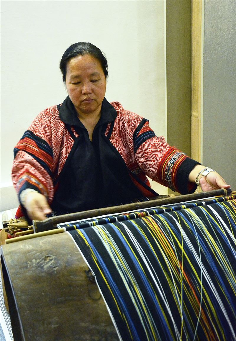 尤瑪‧達陸藝師展示織機並演示泰雅圖紋編織