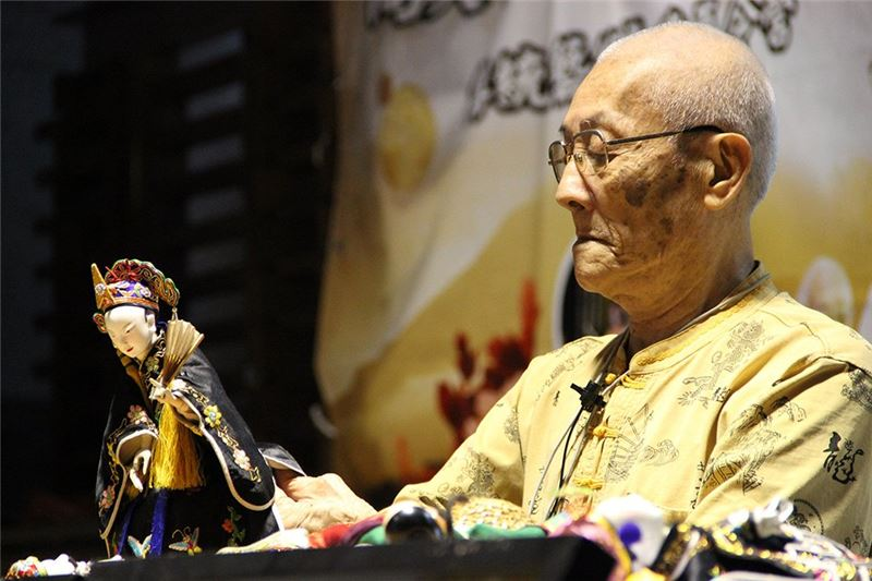 Master Chen His-huang demonstrated the art of traditional puppetry.﹙2012﹚
