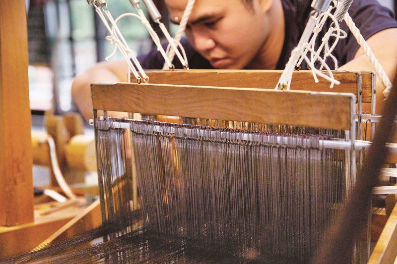 培育年輕人接手學習緙絲技術,才能讓這項獨特的工藝邁入下一個千年。