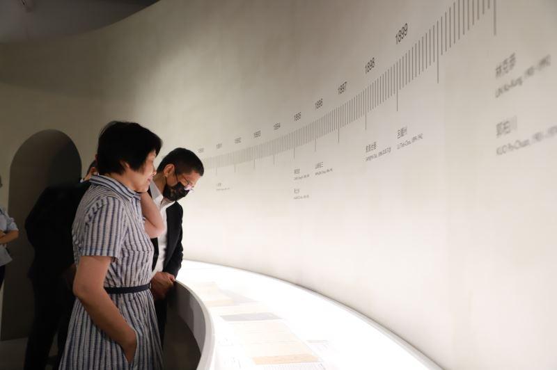 文化部長李永得參觀「不朽的青春─臺灣美術再發現」展