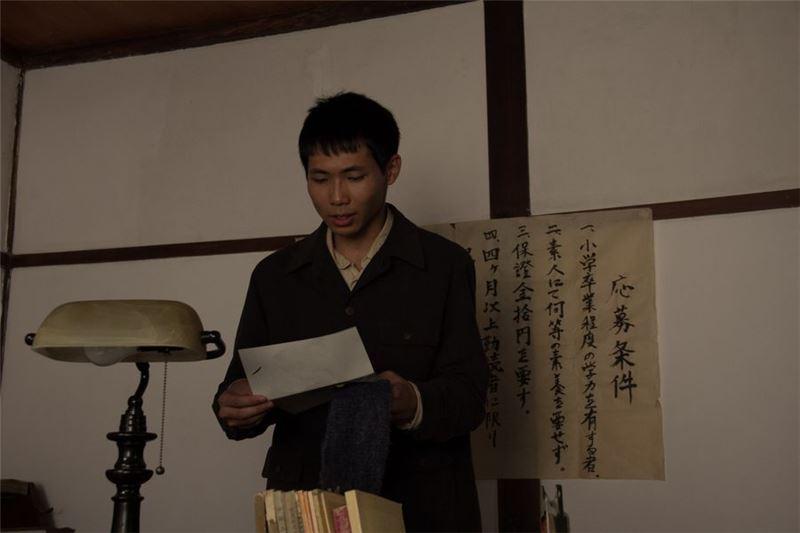 出乎意料的是,田中是個大好人,不但帶他折報、送報,還替他墊付了餐費。