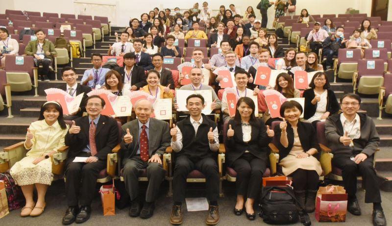王蘭生館長(左4)、評審委員及本屆10名得獎者、參賽者全體合影。