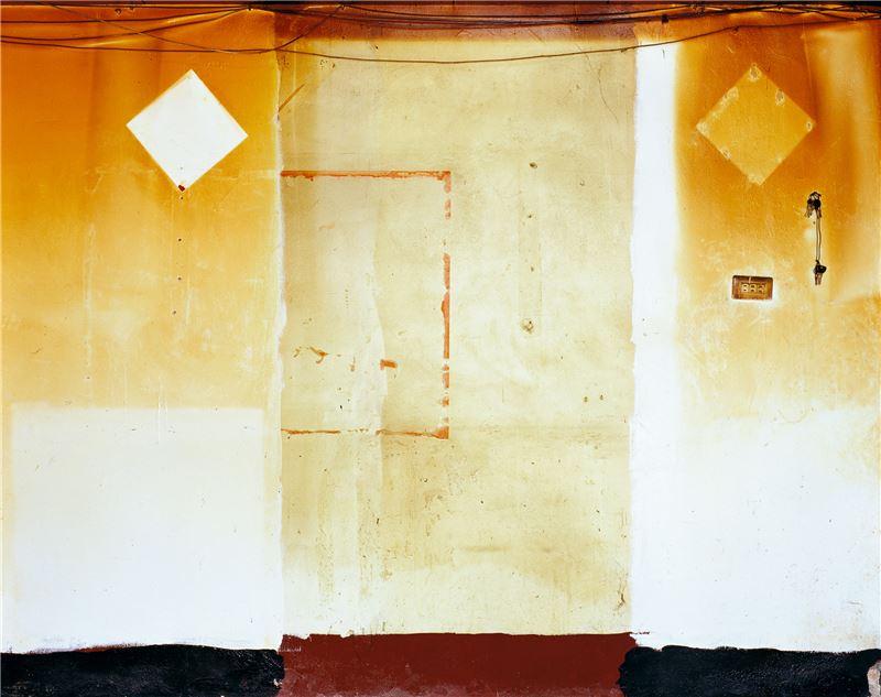 陳伯義〈層跡(高雄 紅毛港 海汕1路99號—吳清宅)〉2006 UV輸出於鋁塑版 122×154 cm