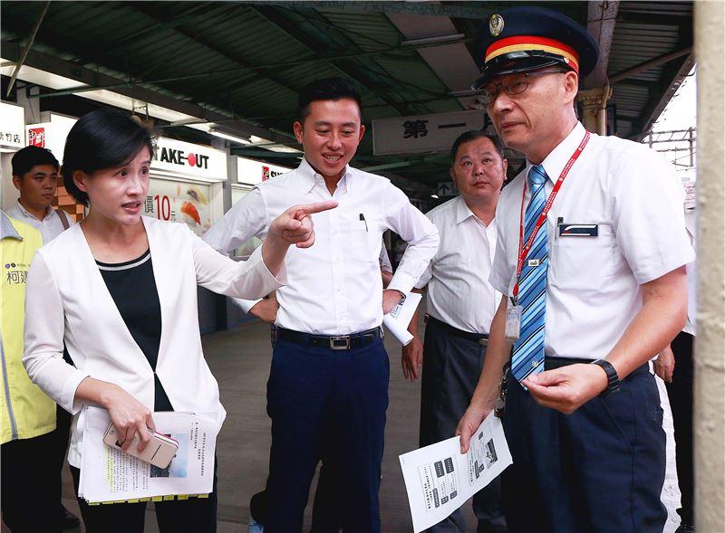 鄭部長訪視國定古蹟「新竹火車站」,聽取站長呂永權(右一)提出需協助事項,並允諾全力支持。