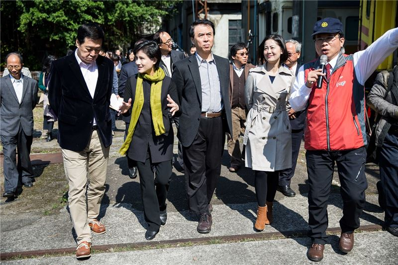 文化部長鄭麗君(左二)與貴賓一同參與台北機廠導覽-1