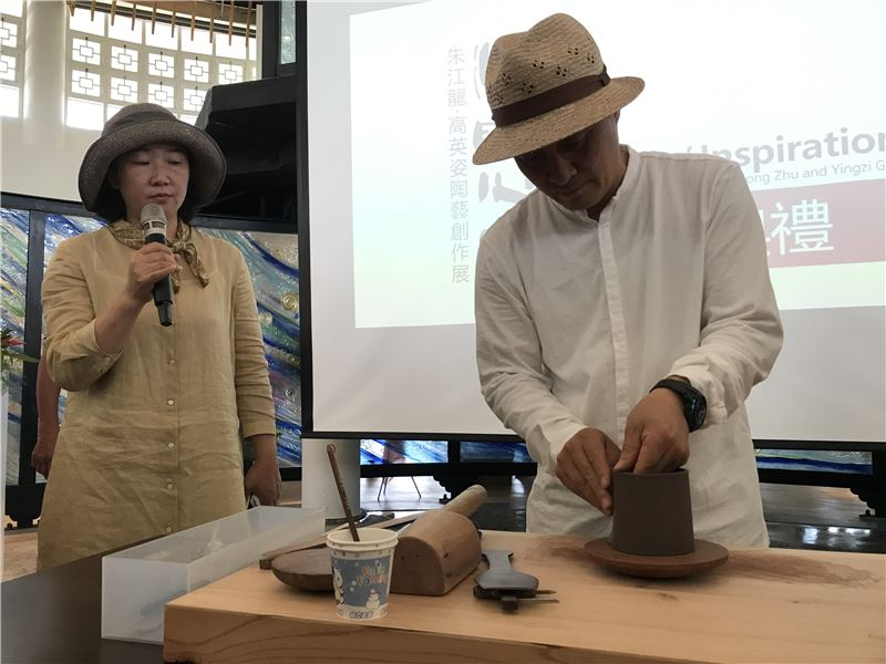 陶藝家朱江龍現場示範「紫砂壺慢輪泥片拍打成型技法」