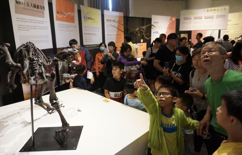 圖2劍齒虎模型吸引大批民眾前往參觀