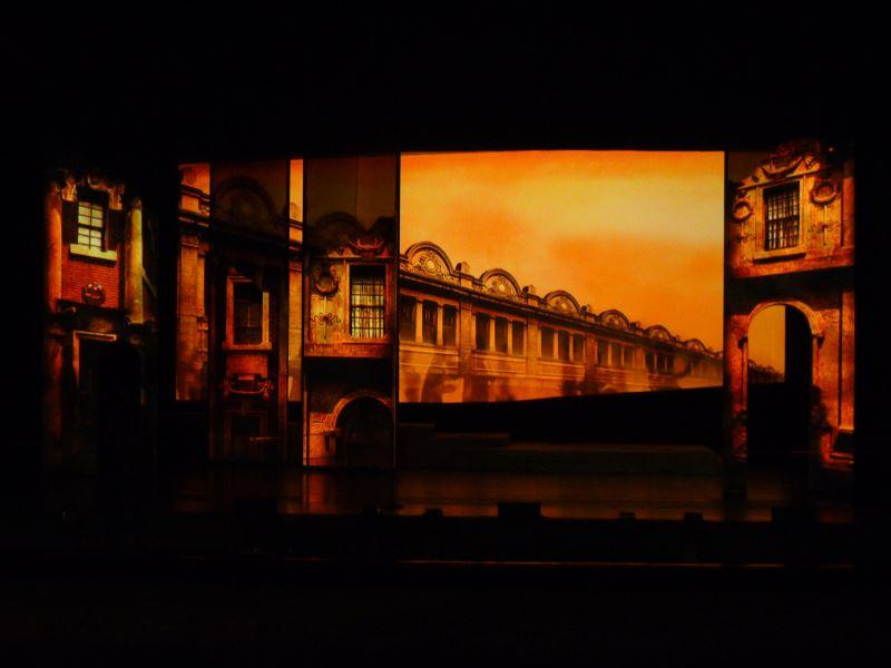影像設計的概念須回到故事本身,《安平追想曲》中便加入了象徵安平中西並存的洋樓。