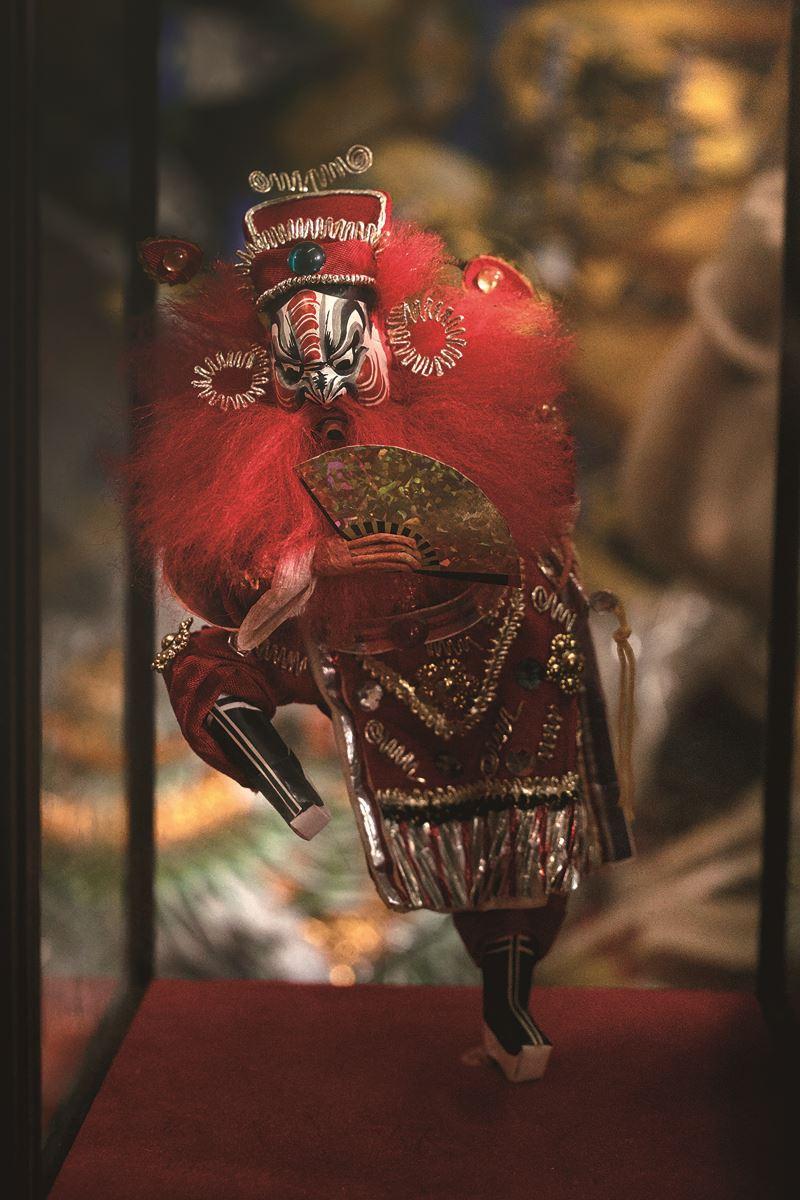父親洪銘宏的作品「鍾馗」,無論是姿勢動態、神韻,或是衣著皺褶的飛揚,其細膩度都讓人無法想像它的原型是紙。