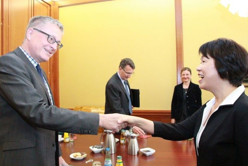 Culture Minister Lung Ying-tai (left) presents the German state secretary with an artwork from Taiwan.