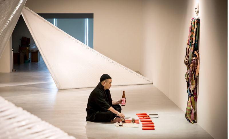太魯閣族藝術家東冬‧侯溫同時也是族內諸多祭儀的繼承者,他將祭儀與藝術結合,為藝術創造更多可能。(黃君平攝)