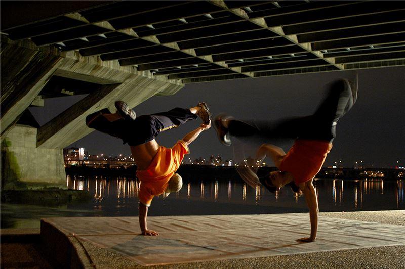 片中取景無論是台灣特殊地景,或廢墟美學的空間,都令人驚艷。街舞場景都是中、遠景鏡頭,舞台感和劇場感十足,同時也完整記錄了街舞高手奇觀特技式的身體運動。