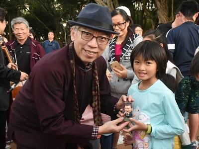 國父紀念館梁永斐館長贈送小朋友國父小公仔與筆記書。