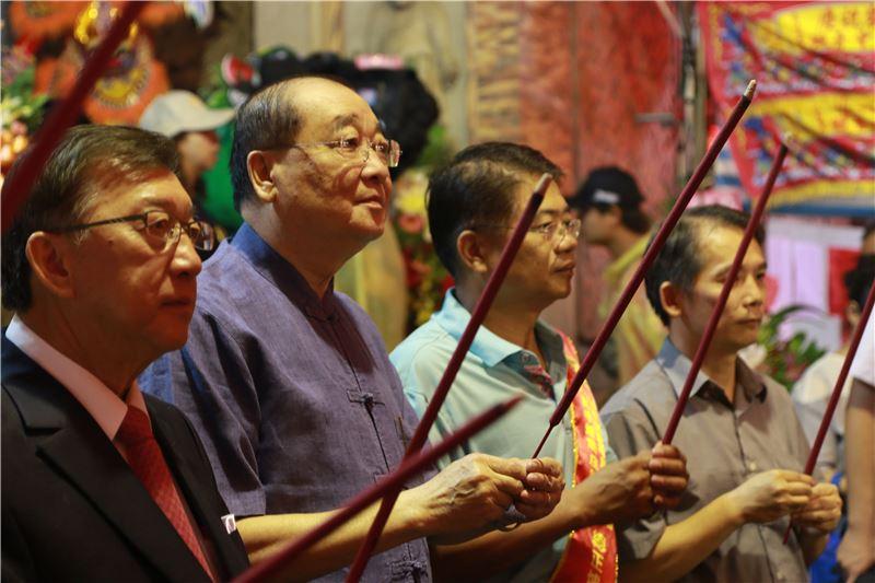 洪孟啟部長於新竹褒忠亭義民廟上香。