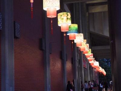 國父紀念館迴廊上色彩繽紛的燈籠