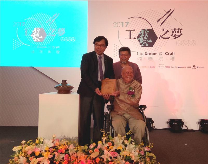 工藝中心許耿修主任頒贈捐贈感謝狀予林添福老師(右)