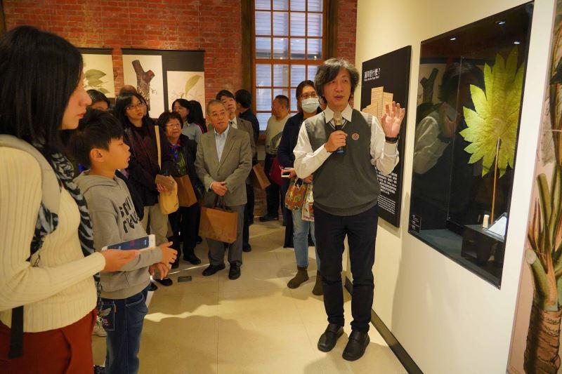 圖2策展人臺灣植物分類學會理事長胡哲明介紹臺灣的第一幅科學繪圖「蓪草」圖