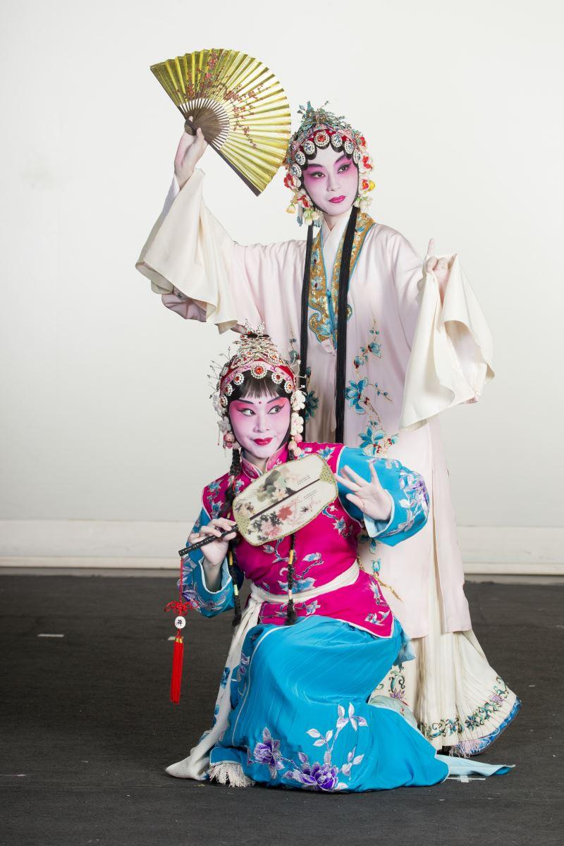 在戲曲中,不同型態的扇子也代表著腳色的不同身分;圖為國立臺灣戲曲學院京劇團《遊園驚夢》劇照。