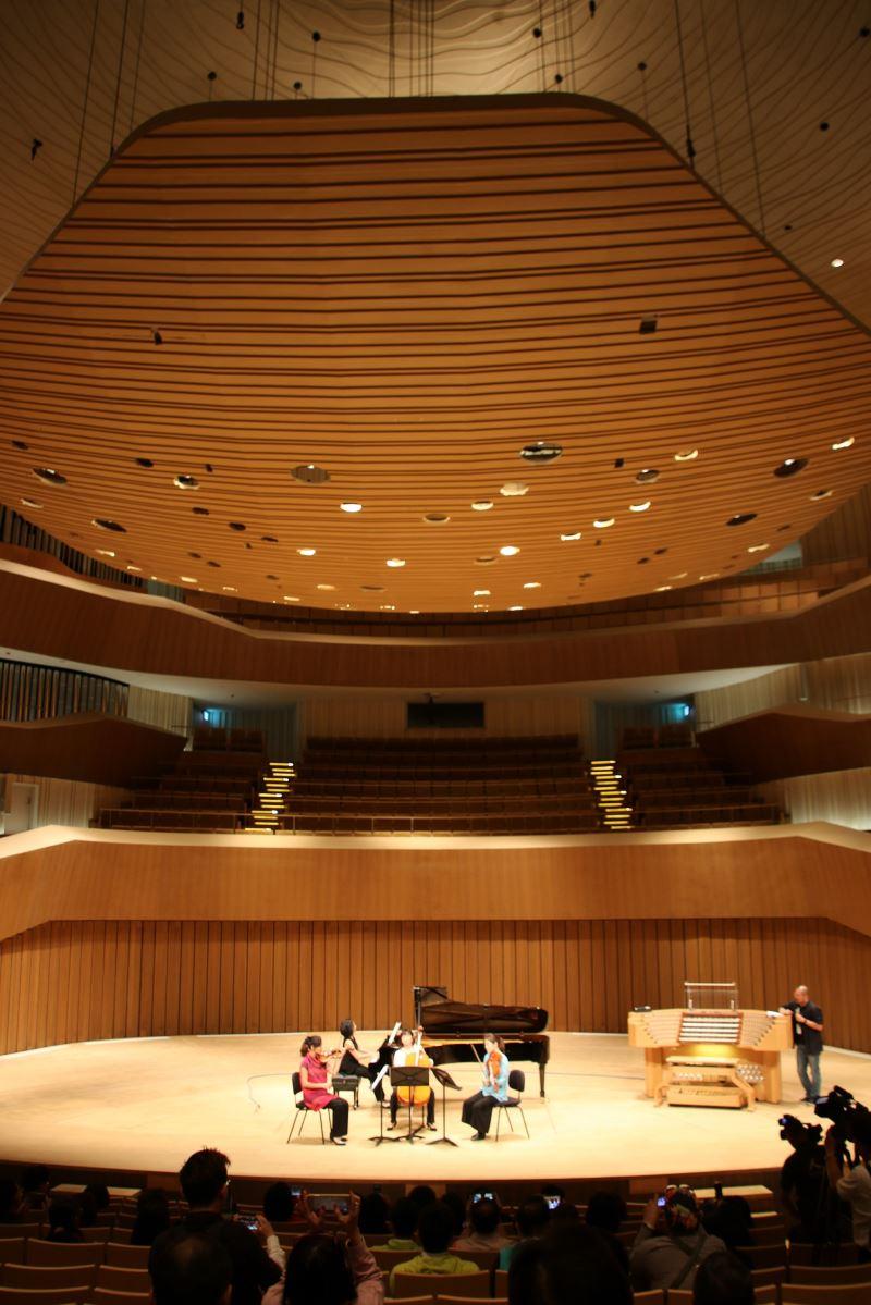 舞台正上方的反響版,可做升降及角度變換,能適應各種不同音樂類型節目做音響反射。