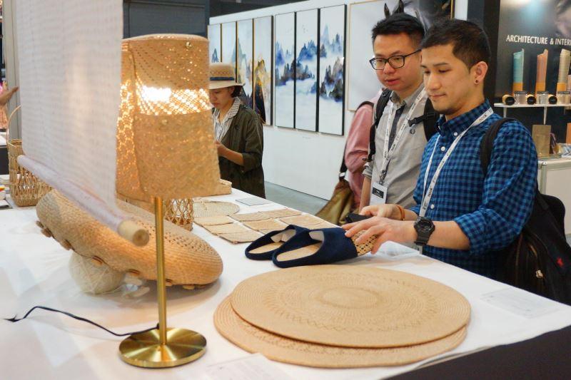 「台灣手藺」以粗曠的編織方式搭配皮革增加耐重度與實用性,簡約舒適的風格為日常居家多功能收納及裝飾用品。