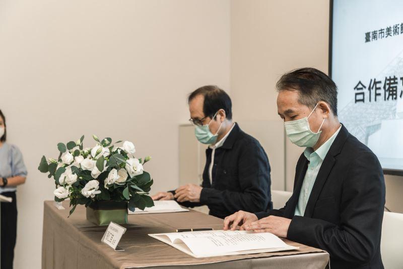 臺南市美術館蘇憲法董事長(左)與國立臺灣工藝研究發展中心主任張仁吉(右)簽署MOU合作備忘錄過程
