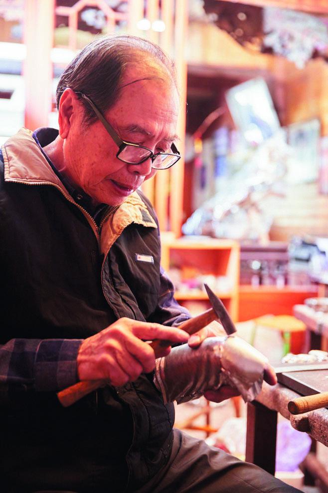 即使年屆80,陳萬能仍專注於創作,繼續敲打出他精彩的錫藝人生。