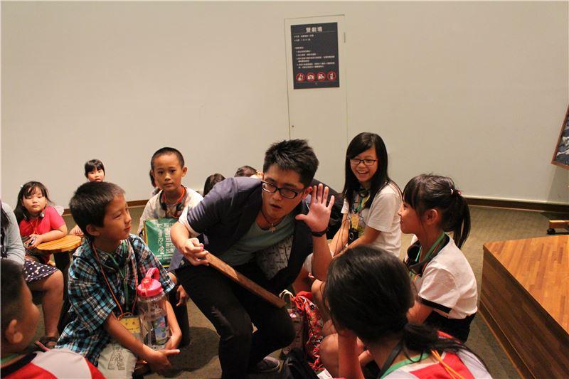 演教員常走入觀眾群中,透過物件與精彩的引導互動,讓觀眾也能參與、對話。